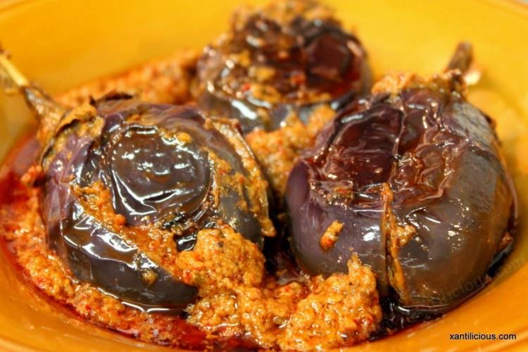 Bharleli Vangi (Stuffed Baby Brinjals / Eggplant)